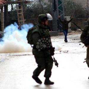 تواصل المواجهات مع الاحتلال بمخيم العروب بالخليل
