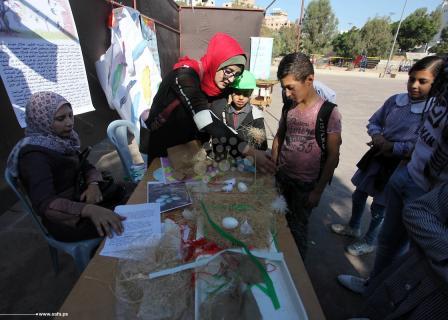 طلاب مدرسة أونروا بغزة ينظمون معرض طيور السلام في أرض السلام