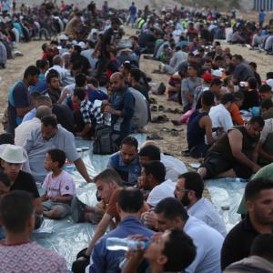 هنية وقيادات وطنية يفطرون بمخيم العودة شرق غزة