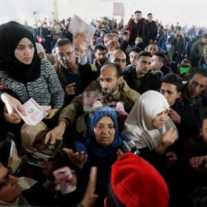 مصر تفتح معبر رفح وآلاف ينتظرون السفر بغزة