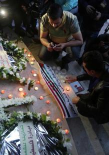غزيون يوقدون الشموع تعزية بضحايا كنيستين بمصر