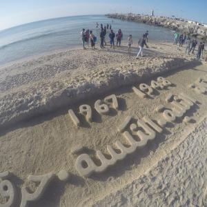 معرض نحت على رمل بحر غزة بالكلمات