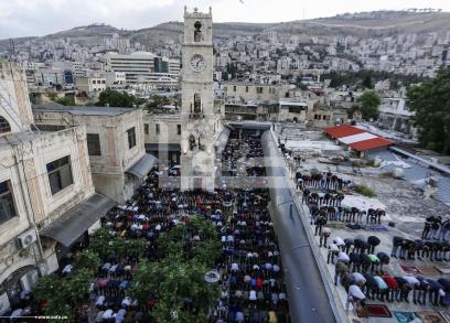 مواطنون يؤدون صلاة العيد بنابلس