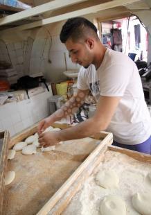 إعداد خبز الطابون في بيت لحم