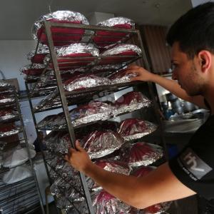 طباخون يُعدون وجبات إفطار رمضانية بغزة