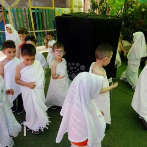 أطفال بغزة يؤدون تمثيلاً لمناسك الحج