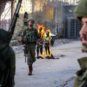 إحراق مجسمات لترمب ونتنياهو خلال تظاهرة بالخليل