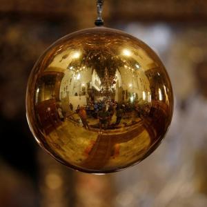 المسيحيون يزورون كنيسة المهد ببيت لحم احتفالا بعيد الفصح