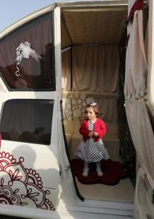تحويل سيارة قديمة إلى أخرى مخصصة للزفاف بغزة