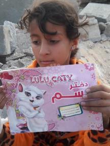 طفلة تتفقد منزلها بعد تدميره في خانيونس