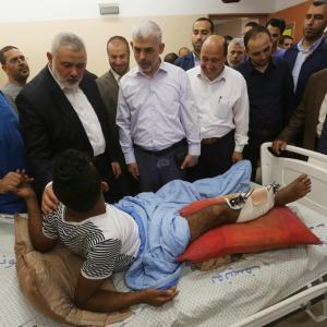 المكتب السياسي لحماس يزور الجرحى بغزة