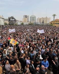 عشرات الآلاف يحتجون على خصم الرواتب بغزة