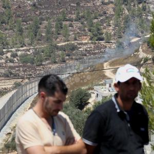 مصلّون يؤدون الجمعة بقرية الولجة المهددة بالهدم من الاحتلال