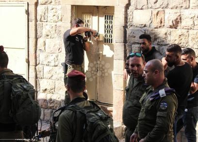 الاحتلال يُغلق منزل مواطن بالخليل