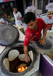صناعة خبز التميس في غزة