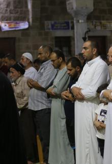 صلاة التراويح في ليلة أول أيام رمضان في غزة