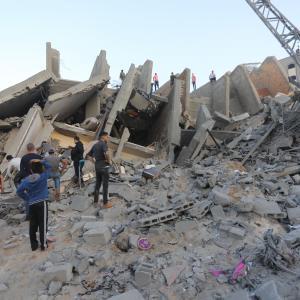 دمار هائل بعد قصف برج سكني وسط غزة