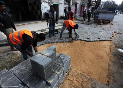 أعمال رصف وترميم شوارع بمدينة غزة