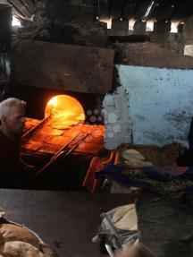 خبز العجين على الحطب برفح لانقطاع الكهرباء