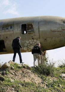 طائرة إسرائيلية مهجورة جاثمة في نابلس