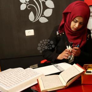 فتاة من خانيونس تنسخ القرآن كاملًا بيدها