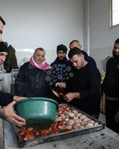 شيف إيطالي يدرب نزلاء سجن بغزة على إعداد الطعام