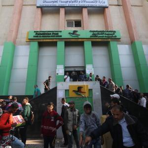 موظفو الحكومة بغزة يتلقون رواتب المنحة القطرية