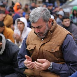 غزة: صلاة الجمعة أمام الصليب الأحمر نصرة للأسرى