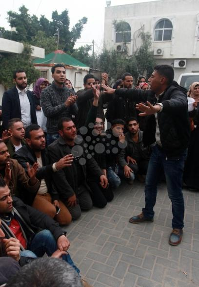 خريجون بغزة يحتجون بمقر وزارة العمل