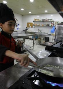 طفل بغزة يستعرض مهاراته بمطعم لإعداد الوجبات