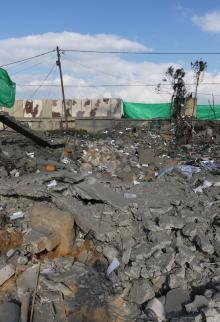 أضرار جراء قصف موقع للمقاومة بدير البلح