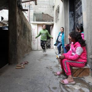 أطفال يلهون بأزقة مخيم الشاطئ