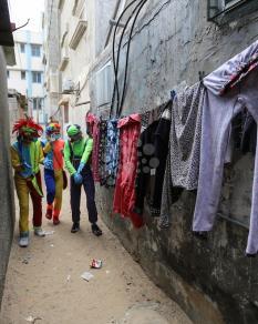 غزة: مهرجون يزورون الأطفال بأزقة منازلهم
