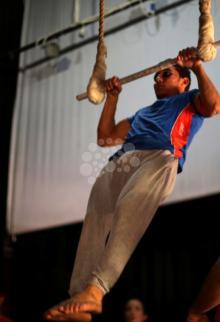شبان يتدربون على مهارات السيرك
