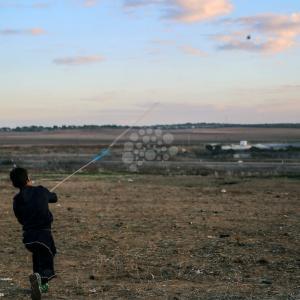 جنود الاحتلال يطلقون قنابل الغاز تجاه متظاهرين شرق غزة