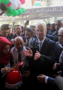 الحكومة تفتتح عمارة سكنية دمرها الاحتلال بالحرب الأخيرة