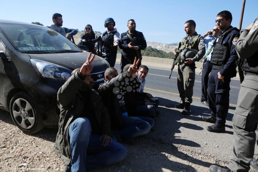 الاحتلال يفرق نشطاء قرية باب الشمس