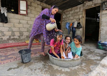 طرق تقليدية لإطفاء حرارة الطقس بغزة