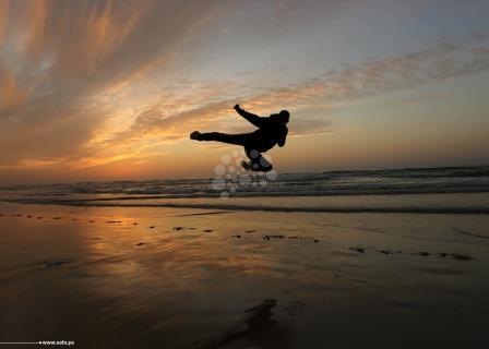 استمتاع بلحظات غروب على شاطئ غزة