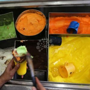 تناول المثلجات لا يُقاوم في الأيام الحارّة