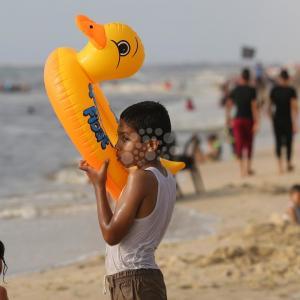 سكان غزة يهربون لمتنفسهم الوحيد