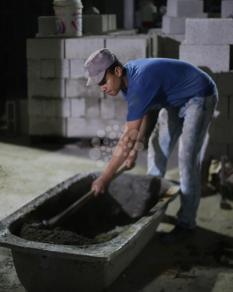 العمل ليلًا للتغلب على حر نهار رمضان بغزة