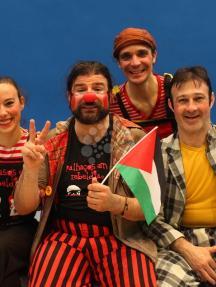 فريق إسباني يقدم عرض للسيرك بغزة