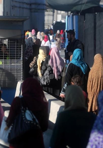 الآلاف يتوافدون إلى الأقصى رغم إجراءات الاحتلال