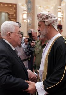 عباس خلال لقائه السلطان العُماني هيثم بن طارق