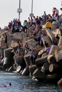 مواطنون يتمتعون بأوقاتهم قبالة شاطئ غزة