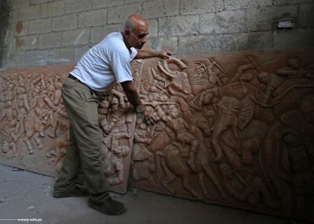 فنان يُمارس النقش على الفخار في غزة