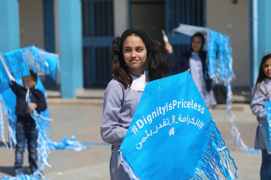 طلاب يطلقون طائرات ورقية بحملة لأونروا