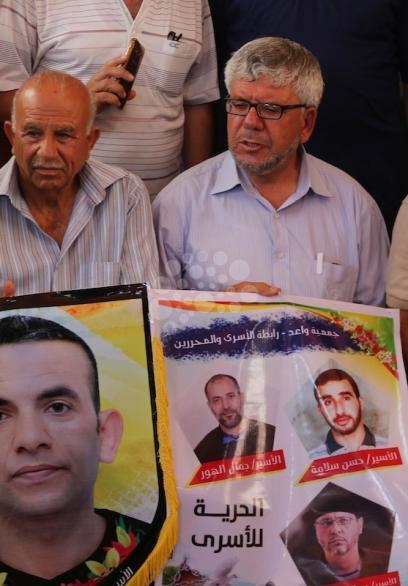 أهالي الأسرى خلال وقفتهم الأسبوعية بغزة