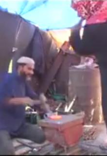 فلسطينية تشارك زوجها الحداد مهنته الشاقة